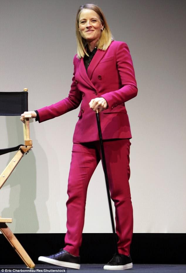 Sem parar: Chegando ao evento com a muleta embaixo de um braço, a estrela então trocou o assistente por uma elegante bengala preta, enquanto ela aparecia no palco para discutir seu novo filme.