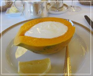 ホテルオークラ東京の朝御飯。パパイアヨーグルトが……すごかった。