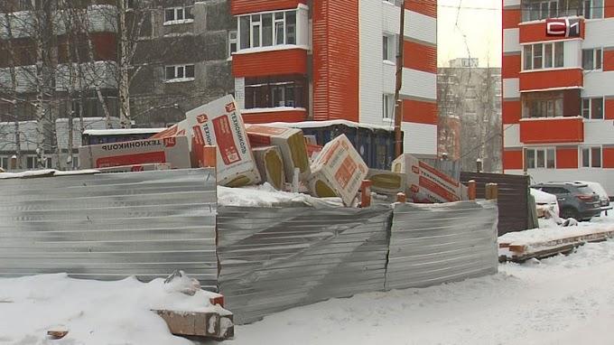 Жители сургутской многоэтажки три месяца ждут, когда им отремонтируют кровлю