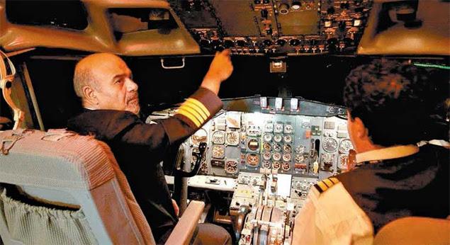 Shahbazi em um avião da Iran Air, em foto sem data; ele foi aposentado compulsoriamente