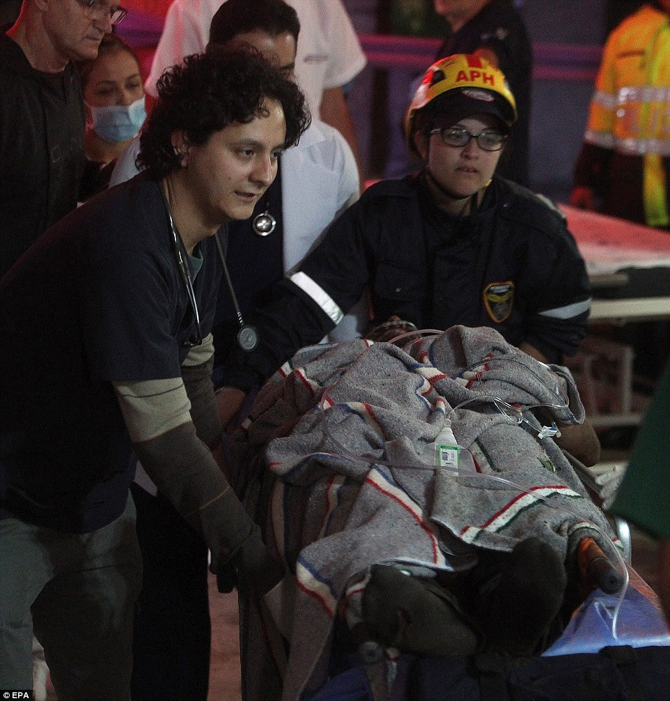 A equipe médica do San Juan de Dios de transferência de hospital 27-year-old futebolista brasileiro Alan Ruschel depois de retirada com vida dos destroços do acidente