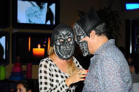 Marcos Paulo e Antônia Fontenelle de máscara