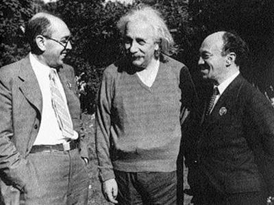 5 лет спустя, по инициативе министра внутренних дел Л.П. Берии, было проведено расследование, которое обстоятельно показало, что актер с мировым именем был умышленно убит группой офицеров МГБ по приказу Сталина. На фото - Михоэлс (справа) с Альбертом Эйнштейном и Ициком Фефером