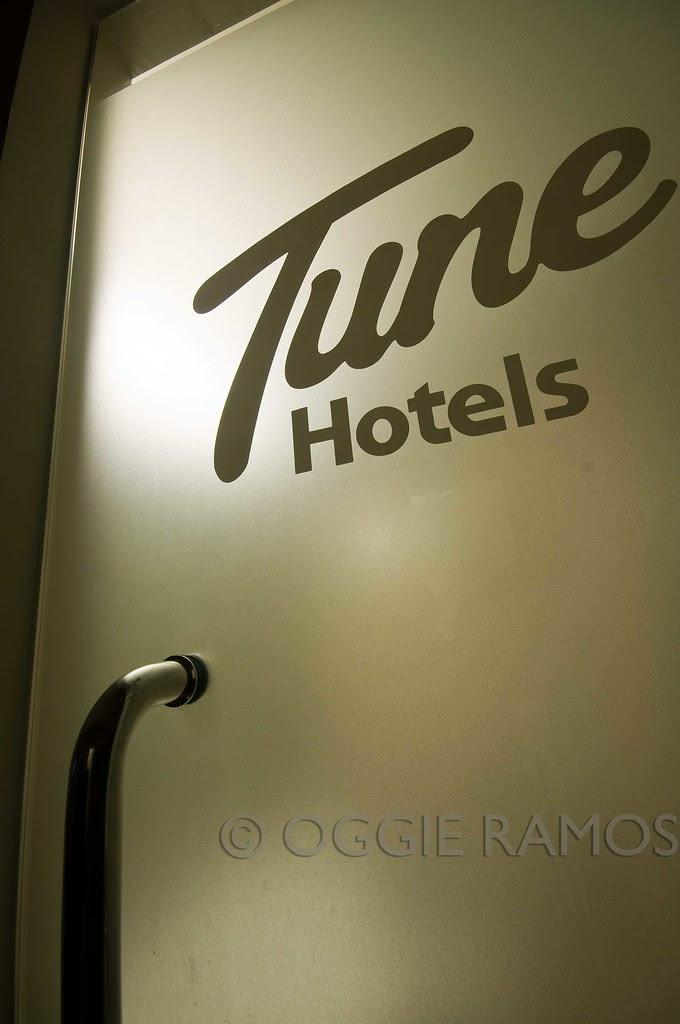 Tune Hotel Angeles T&B Glass Door
