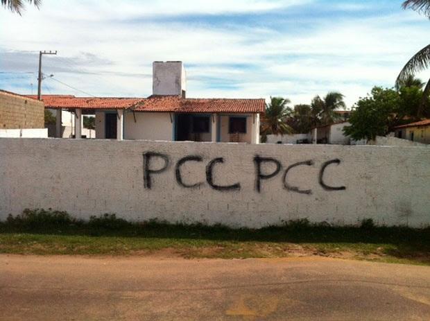 Muro da casa da diretora de Alcaçuz foi pichado com siglas de facção criminosa (Foto: Ediana Miralha/G1)