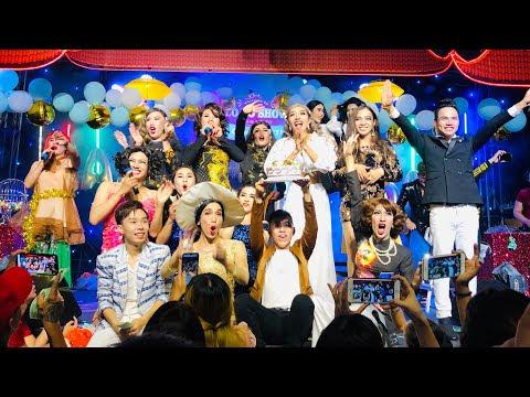 Toàn bộ khán giả tại sân khấu cùng hòa vào giai điệu Chúc Mừng Sinh Nhật cùng SGTT