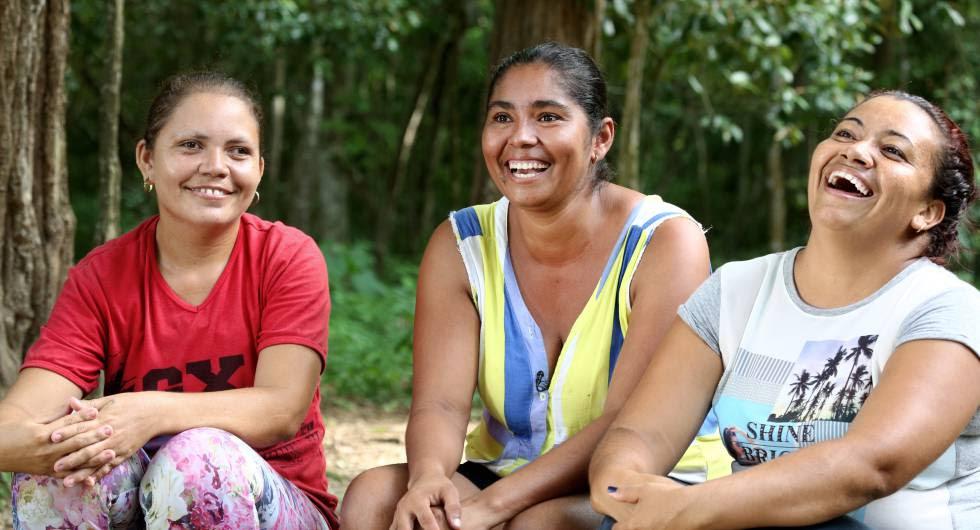 Liliana Sierra y Carmen Torre, vecinas de la vereda Villa Amalia, junto a Yirley Velasco, presidenta de la asociación Mujer y Vida de El Salado.