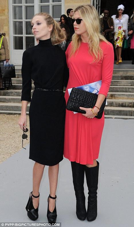 Irmãs elegante: Keith Richards filhas Alexandra e Theodora pose para os fotógrafos fora do desfile de moda francesa