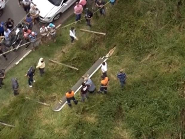 Primeira pá de helicóptero localizada na região do acidente  (Foto: Reprodução/TV Globo)