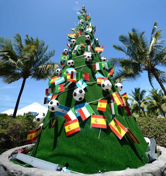 Árvore de Natal enfeites sorteio Copa do Mundo Costa do Sauípe (Foto: AFP)