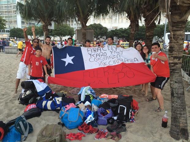 Alguns chilenos estão 'morando' na praia de Copacabana há 12 dias (Foto: Matheus Rodrigues/ G1)