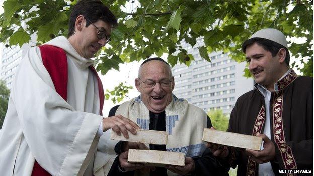 Pastor alemán Gregor Hohberg, rabino israelí Tovia Ben-Chorin y el imán turco-alemán Kadir Sanci celebrar tres ladrillos