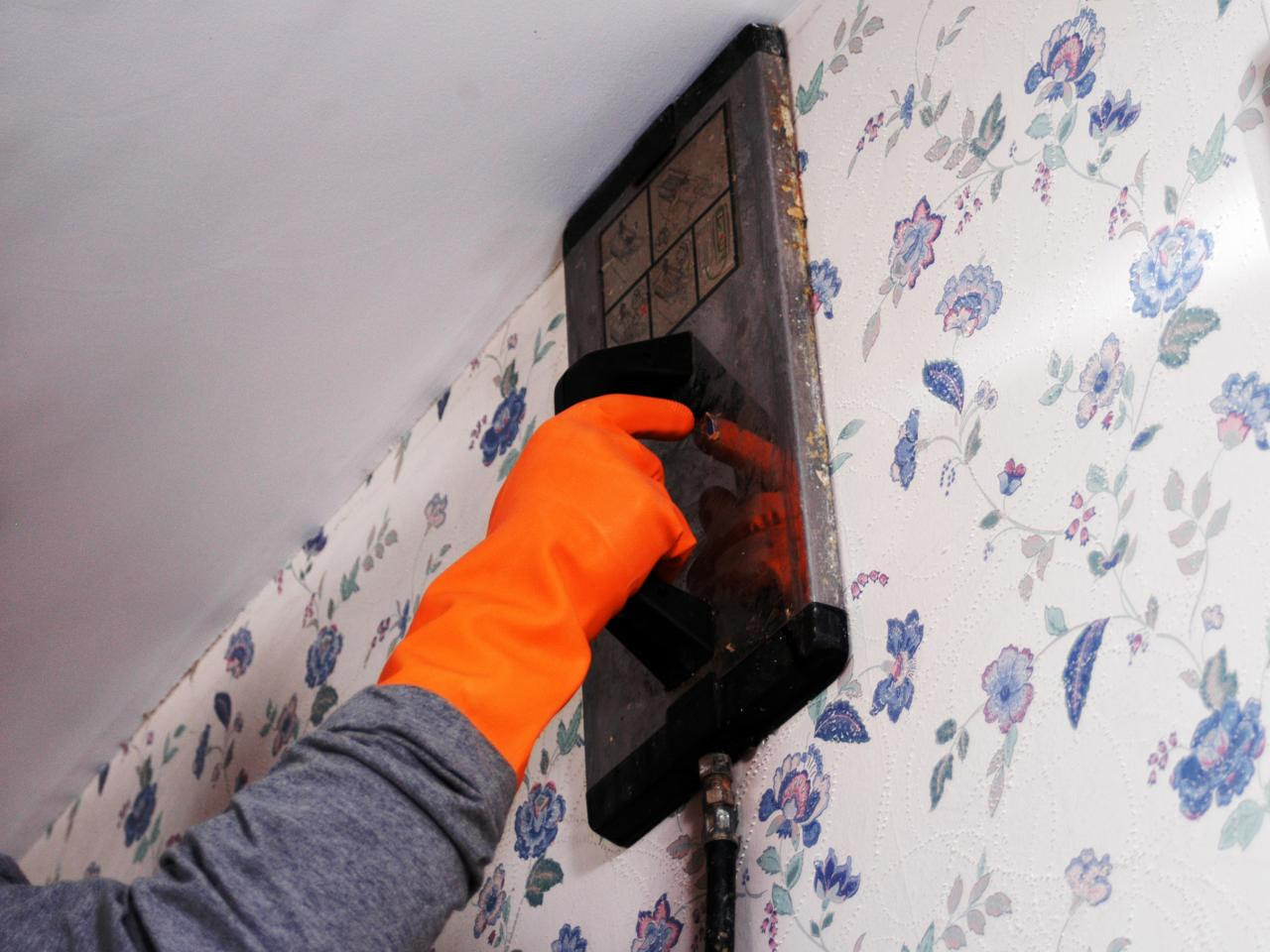 How To Remove Wallpaper Using Solvents Or Steam How Tos DIY