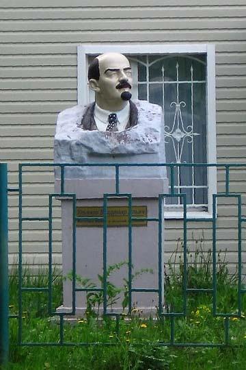 Lenin-fej faház előtt
