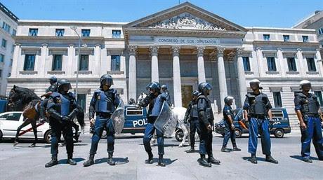 Agentes de la Policía Nacional rodean el edificio del Congreso de los Diputados durante el pleno celebrado el pasado 11 de julio.