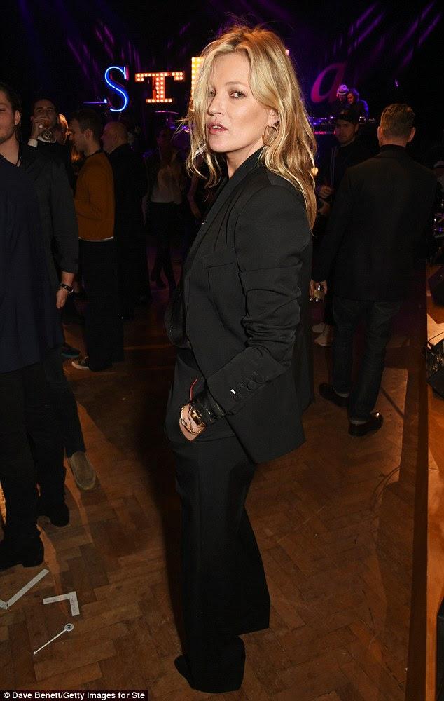 Uma sugestão de raciness: Vestindo a jaqueta abrir o modelo garantiu sua roupa manteve uma vantagem adequadamente atrevido, graças à sua blusa preta pura