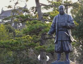 岡崎公園に立つ徳川家康像。今も市民に愛される