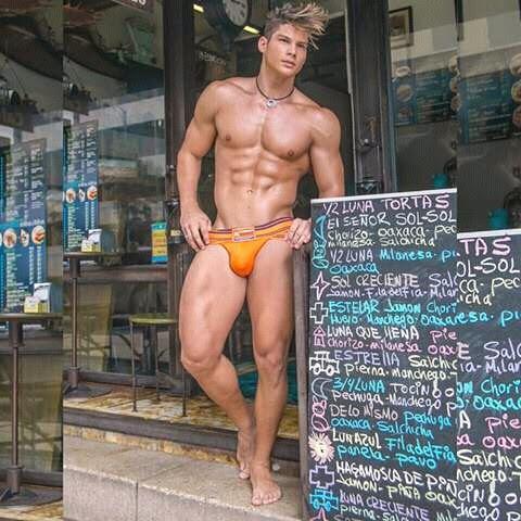 Toda loja deveria ter um vendedor exatamente assim na sua porta… eu iria a falência, mas tudo bem!