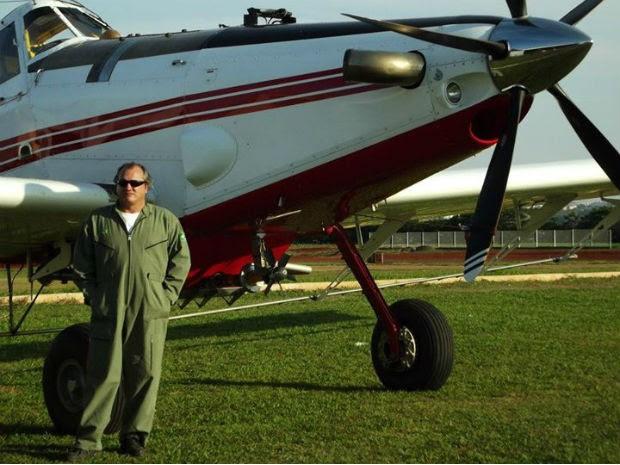"""O piloto José Marcelo Morandi ao lado do avião: """"praticamente a minha primeira casa"""" (Foto: José Marcelo Morandi/Arquivo pessoal)"""