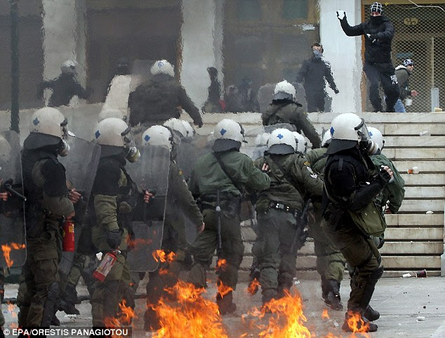 Face-off: κουκούλες βαριοπούλες yobs χρησιμοποιούνται για σμπαραλιάζω πεζοδρόμια και έριξαν τα μπάζα σε αξιωματικούς, οι οποίοι απάντησαν με δακρυγόνα