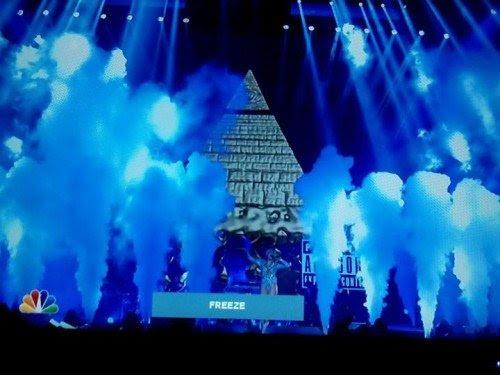 """Falando de pirâmide e olho que tudo vê, """"tour Bangerz"""" de Miley Cyrus foi transmitido durante o horário nobre na NBC.  Em um ponto, uma gigantesca pirâmide Illuminati aparece do nada.  A presença de simbolismo Illuminati é verdadeiramente em todos os lugares."""