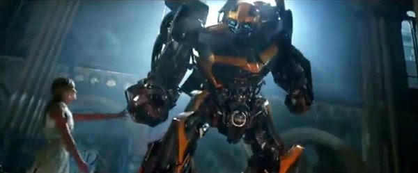 Tessa Yeager (Nicola Peltz) shares a lighthearted moment with Bumblebee in TRANSFORMERS: AGE OF EXTINCTION.