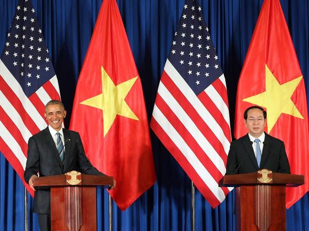 Barack Obama e o presidente do Vietnã Tran Dai Quang dão entrevista em Hanói em 23 de maio de 2015 (Foto:  Luong Thai Linh /AFP)