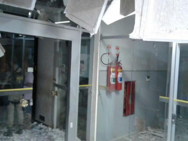 Grupo fortemente armado explodiu cofre de banco na Bahia (Foto: Informe Baiano)