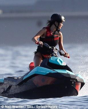 Indo para ele: Mais tarde, a estrela da pista optou por ficar ativo como ela apareceu em um colete salva-vidas e capacete, pulando em um jetski para se divertir no mar