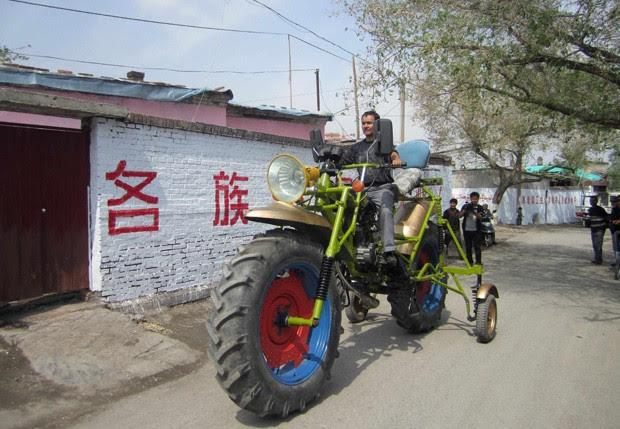 Abulajon levou um ano e gastou R$ 2.600 para construir sua 'moto gigante' com 2.4 m de altura (Foto: Reuters)