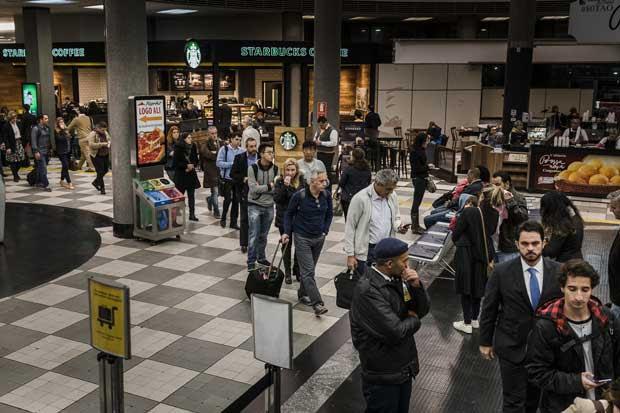 SAO PAULO, SP, BRASIL, 20-07-2016: Embarque de passageiros no aeroporto de Congonhas, zona sul de São Paulo. As novas regras da ANAC de inspeção de bagagem de mão formam longas filas. (Foto: Avener Prado/Folhapress, COTIDIANO) Código do Fotógrafo: 20516 ***EXCLUSIVO FOLHA***