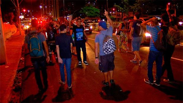 Manifestantes caminharam às margens da BR-101, mas pistas não foram interditadas (Foto: Reprodução/Inter TV Cabugi)