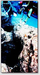Шахты-отверстия круглой формы в блоках подводных руин острова Йонагуни [Yonaguni].