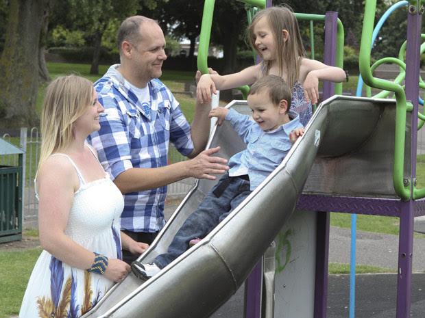 Pais doença óssea filhos (Foto: Caters / via BBC)