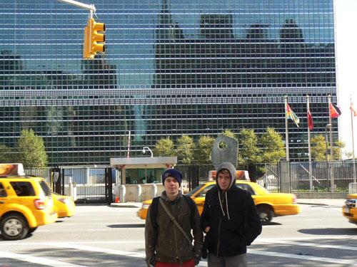 paul et clem devant l'ONU.jpg