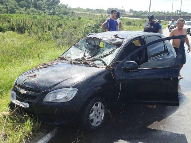 Carro foi retirado após cair dentro de lago no canteiro central da BR-230 na Paraíba (Foto: Walter Paparazzo/G1)