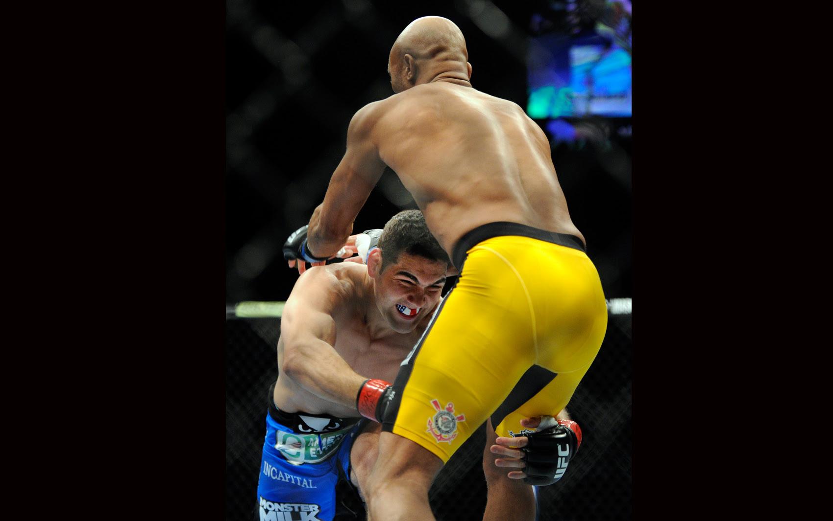 Chris Weidman tenta derrubar Anderson Silva no octógono do UFC na madrugada deste domingo (29).