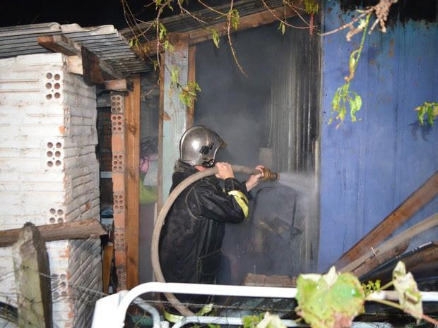 Bombeiros apagam fogo em casa no bairro Eldorado  (Foto: Valdir Wladyka/Studio W)