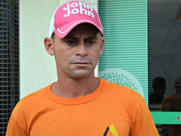 Pai da criança, José Verônico, acredita que o filho morreu por erro médico (Foto: Aline Nascimento/G1)