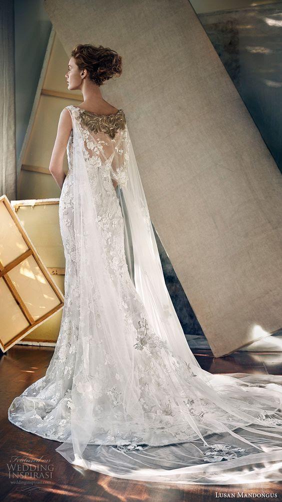 Spitze applique und embellishement cape befestigt, um die Schultern das Kleid
