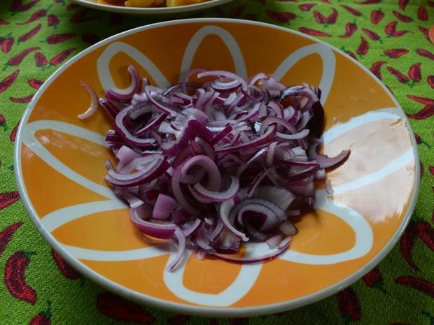 Uma cebola grande é suficiente para o prato (Foto: Emily Costa/G1)