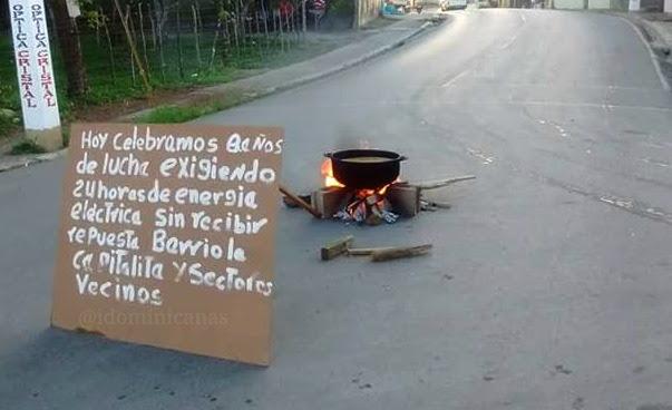 """Cocinan """"sancocho"""" en plena calle reclamando energía eléctrica"""