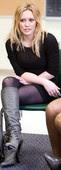 Hilary Duff Minivestido Negro Sentada Con Botas