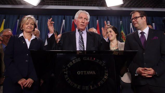 Gilles Duceppe entouré d'autres membres du Bloc québécois à l'occasion d'une conférence de presse marquant son retour à Ottawa.
