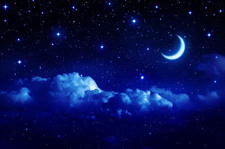 étoilé: ciel étoilé avec demi-lune dans Cloudscape scénique