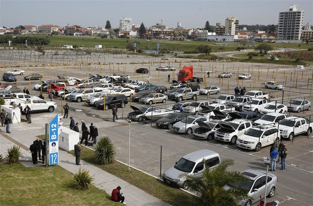 La playa de estacionamiento del balneario 12, de Punta Mogotes, era ayer una verdadera concesionaria de vehículos al aire libre