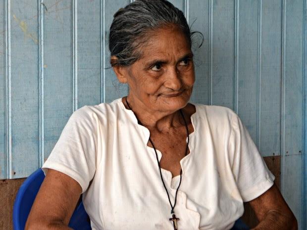 Maria Lúcia diz que que não penteia o cabelo e nem toma banho no dia santo  (Foto: Taís Nascimento/G1)