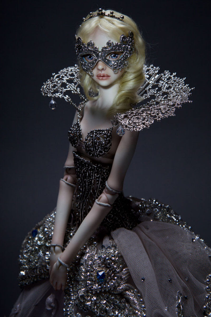 Elegantes bonecas lacrimejantes transmitem a complexidade das emoções humanas 13