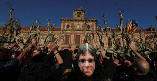 Miles de personas protestan frente al Parlament, ya dentro del parque de la Ciutadella.   SERGIO PÉREZ (EFE)
