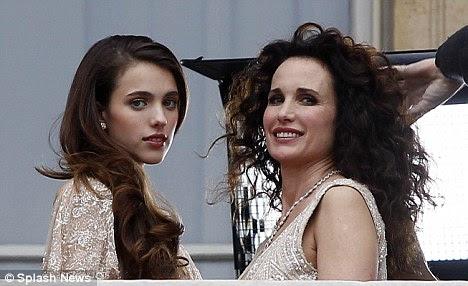 Genes Sexy: As duas gerações sorriso em sincronia como Andie tem seus cabelos puxados, em seu lugar